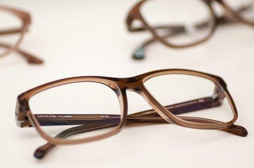 d81335ce85f6 Modische Brillenfassung von Mykita. Verlaufstoenung bei Brillenglaesern.  Phoropter zur Anpassung von Brillenglaesern oder Kontaktlinsen.  Sonnenbrillen ...